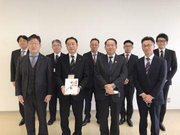 弘前高等技術専門校で行われた贈呈式の…